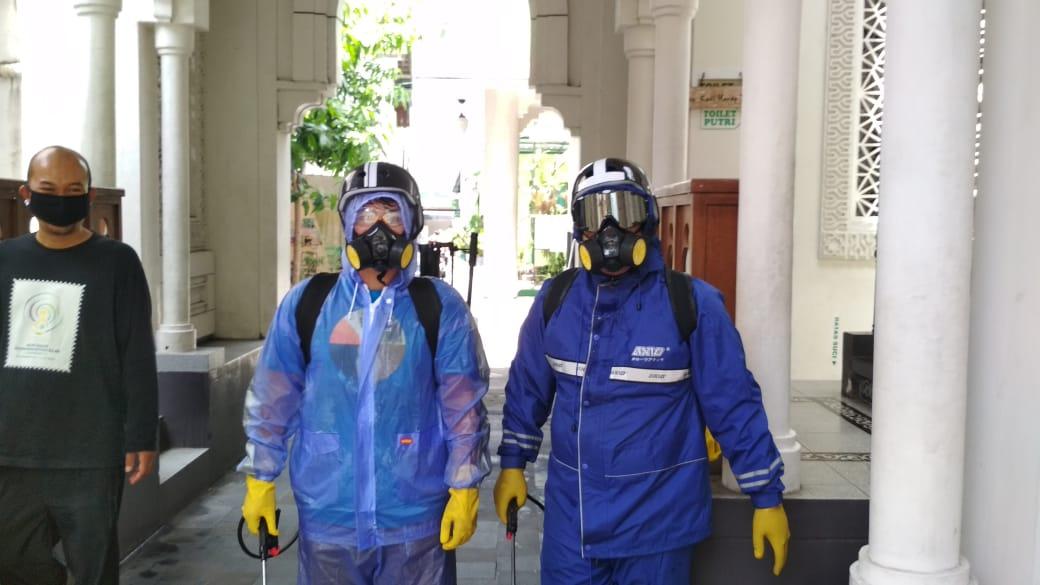 Penyemprotan disinfektan di wilayah Prenggan